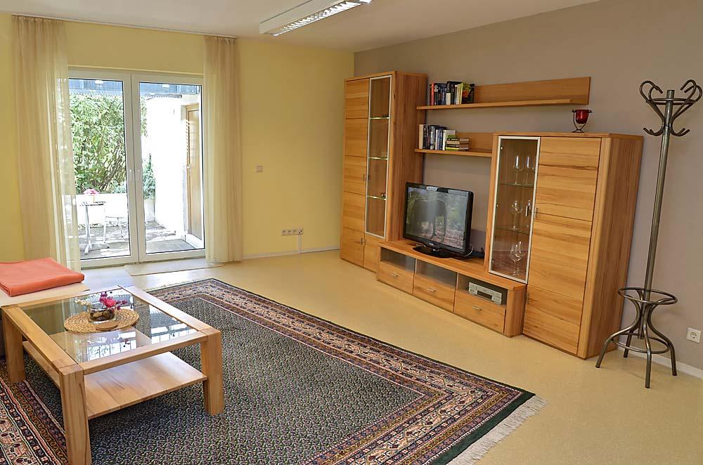 Wohnbereich mit Massivholz-Möbeln. Ferienwohnung Esther, Neustadt/Weinstraße - Geinsheim