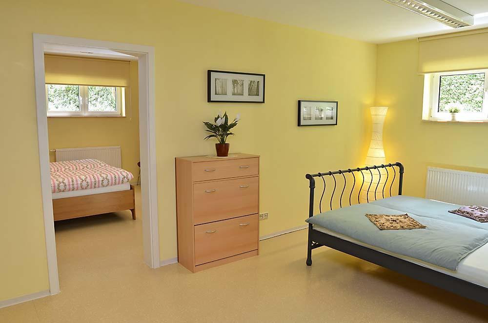 Blick auf Schlafzimmer und zweites Doppelbett - dieses ist durch eine Wand optisch vom Wohnbereich getrennt. Ferienwohnung Esther, Neustadt/Weinstraße - Geinsheim