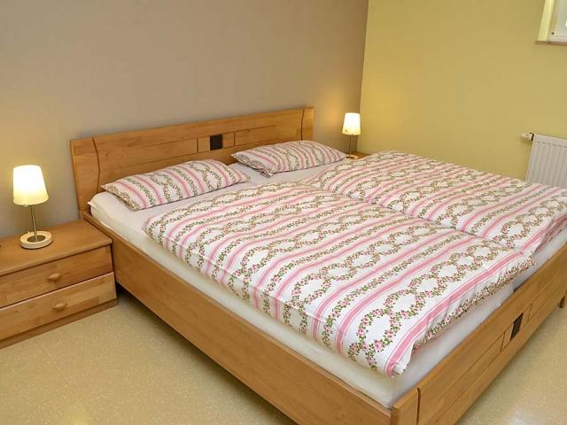 Schlafzimmer hochwertig eingerichtet mit schönen Massivholzmöbeln: Doppelbett, Kleiderschrank und Nachttische. Ferienwohnung Esther, Neustadt/Weinstraße - Geinsheim